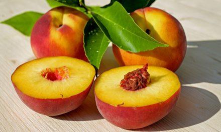 Ароматный персик детям: едим с пользой